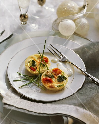 Small vegetable quiche with herb cream