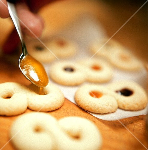 Filling marzipan cookie with jam