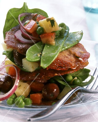 Heaped-up salade Nicoise with grilled tuna fillet