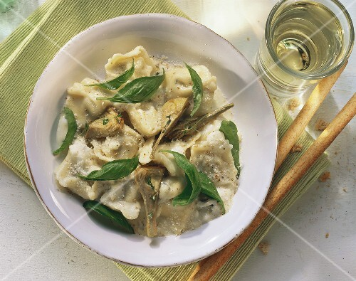 Tortellini with artichoke hearts and gorgonzola sauce