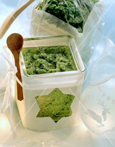 Green fitness sauce with broccoli, parsley & cress