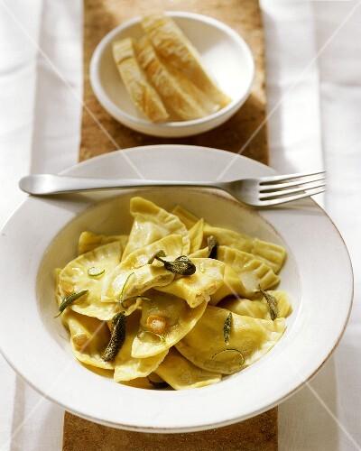 Ravioli alla toscana (Ravioli with sage and garlic)