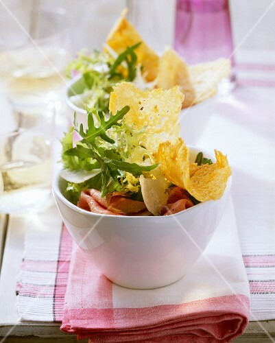 Green salad with roast beef and Parmesan crisps