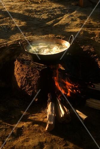 Afogado (brasilianischer Kohleintopf) auf dem Feuer