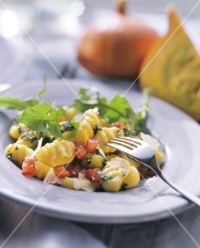Gnocchi con pesto alle erbe (Gnocchi with wild herb pesto)