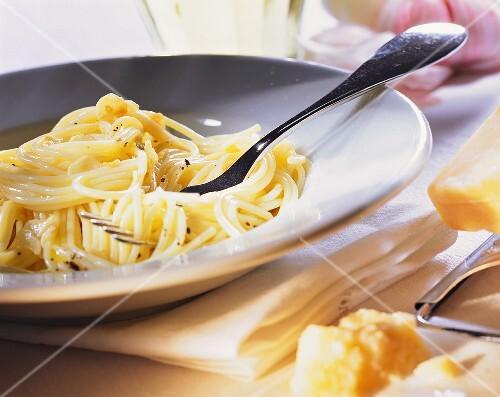 Spaghetti aglio olio (Nudeln mit Knoblauch & Olivenöl)