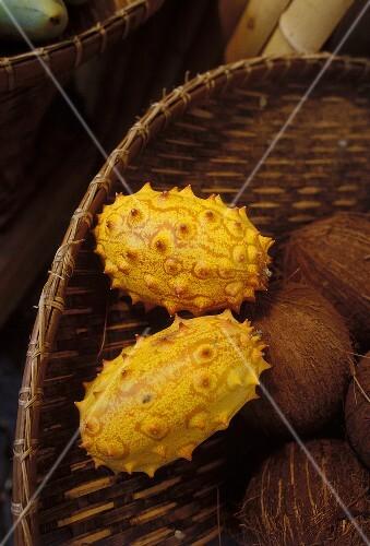 Zwei Kiwanos mit Kokosnüssen in einem Korb