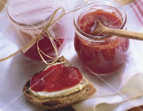 Erdbeerkonfitüre in zwei Gläsern und auf Butterbrot