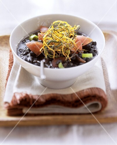 Sopa de feijão preto (Black bean soup with deep-fried vegetable strips, Brazil)