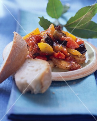 Aubergine and pepper stew with white bread; bay leaves