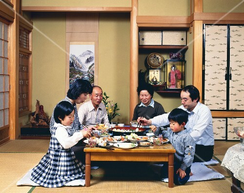 Japanese family eating at home buy images stockfood for Asia style wohnen