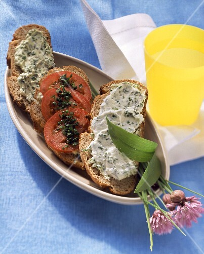 Sandwiches with ramsons (wild garlic) quark and tomatoes