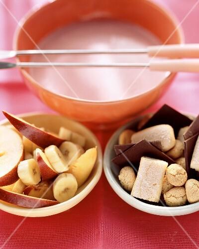 Berry yoghurt fondue with fruit, amaretti an chocolate