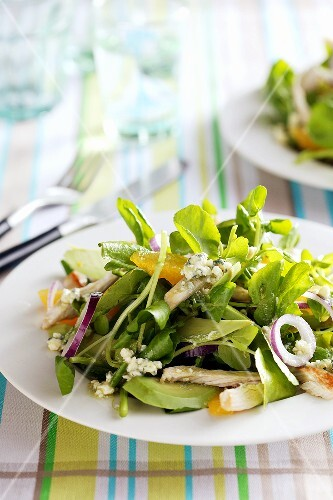 Water cress salad with chicken and onions