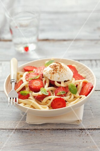 Pasta with strawberries, soft cheese and mint leaves