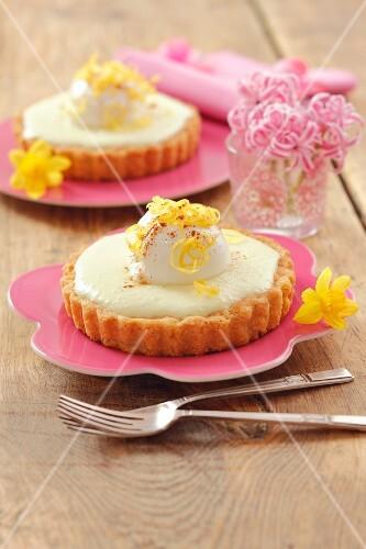 Individual lemon cheesecakes with yoghurt balls