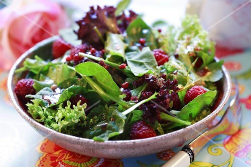 Spinach salad with raspberries