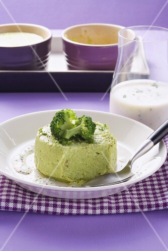 Broccoli mould with horseradish sauce