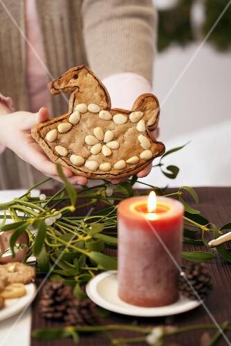 Lebkuchenschaukelpferd vor Adventskerze