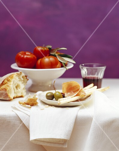 Grissini, Parma ham, olives, white bread, tomatoes, red wine