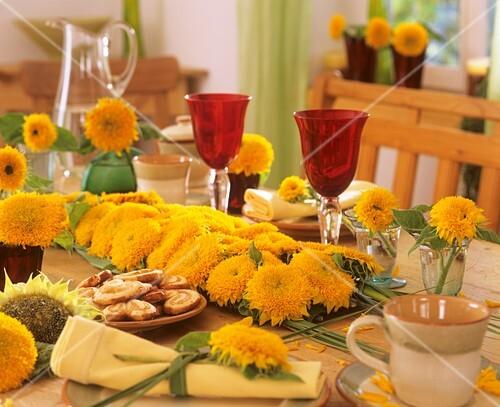 tischdekoration mit sonnenblumen bild kaufen 271891 stockfood. Black Bedroom Furniture Sets. Home Design Ideas