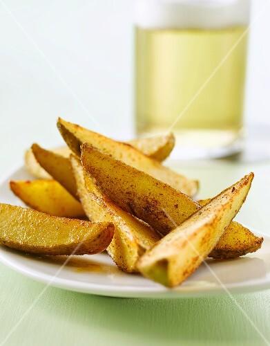 Potato Wedges mit einem Glas Bier