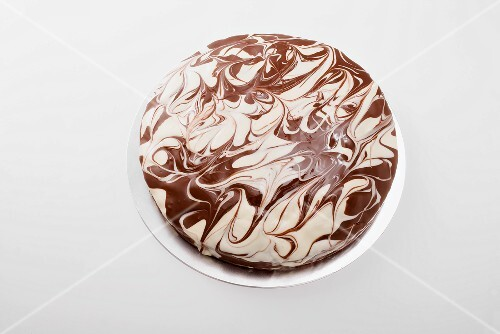 Cake with marbled decoration