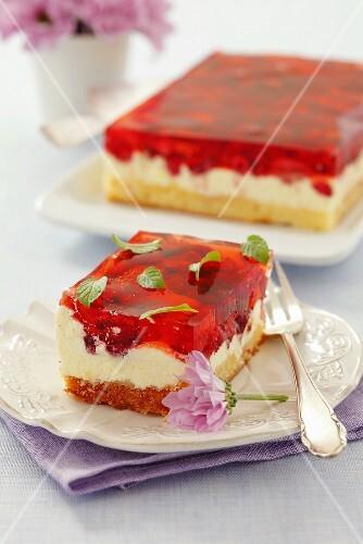 Sponge cake with cream, wild strawberries and cake glaze