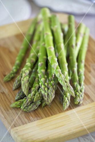 Green asparagus on chopping board