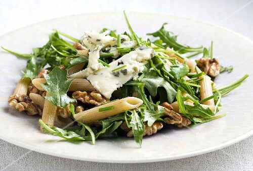 Rocket salad with penne, blue cheese and walnuts