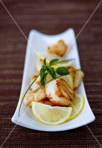 Grilled scallops with lemon slices