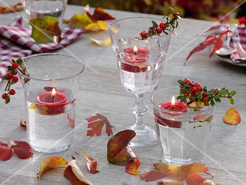Herbstliche Tischdeko herbstliche tischdeko mit schwimmkerzen bild kaufen 296151