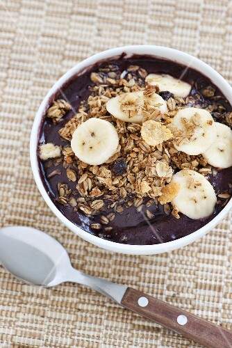 Acai berry mousse with cereal flakes and banana