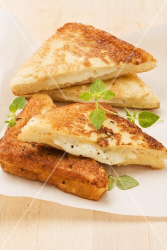 Mozzarella in carrozza (fried mozzarella bread)
