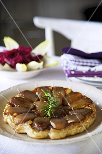 Tarte tatin with onions