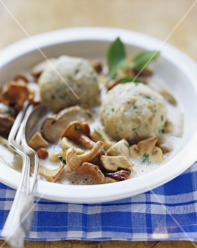 Creamed mushrooms with bread dumplings
