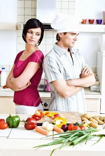 Streit in der Küche: Mann und Frau wenden sich die Rücken zu