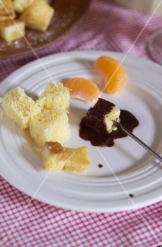 Schokoladenfondue mit Weissbrot und Mandarinen