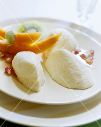 Spoonfuls of yoghurt mousse with fruit