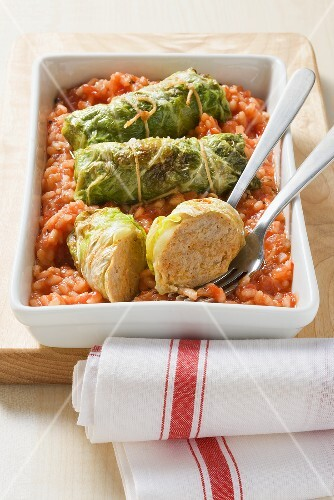 Pointed cabbage roulade on a bed of tomato rice