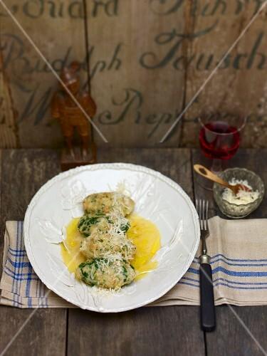Vier Käse-Spinat-Nocken mit Buttersauce