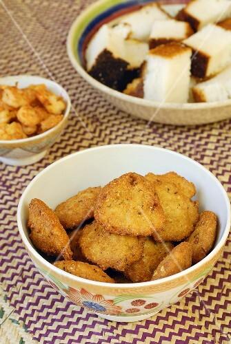 Mehrere afrikanische Speisen in Schüsseln auf einem Teppich