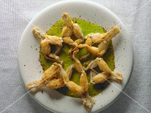Französische küche froschschenkel  Frittierte Froschschenkel auf Kräutersauce – Bild kaufen – 329127 ...