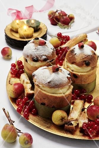 Mini-panettoni farciti (Mini-panettones filled with vanilla cream)
