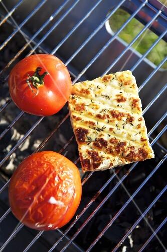 k se und tomaten auf einem grill bilder kaufen 324929 stockfood. Black Bedroom Furniture Sets. Home Design Ideas