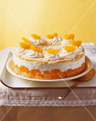 Ganze Quark Sahne Torte Mit Mandarinen Bilder Kaufen 337109