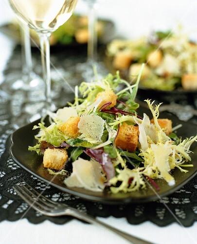 Gemischter, grüner Salat mit Parmesan und Croutons