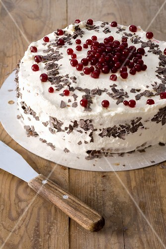 Cream cake with redcurrants and grated chocolate