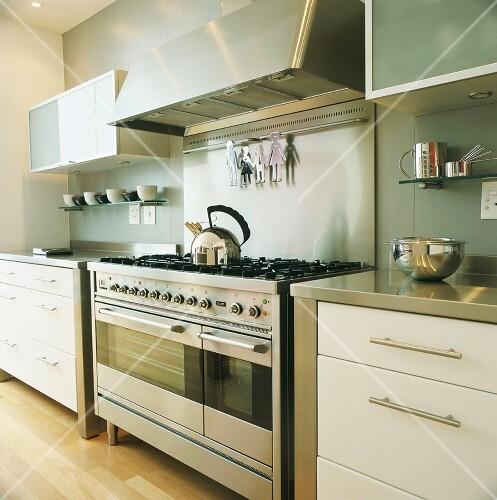 Küche mit großem Gasherd und modernen … – Bilder kaufen ...