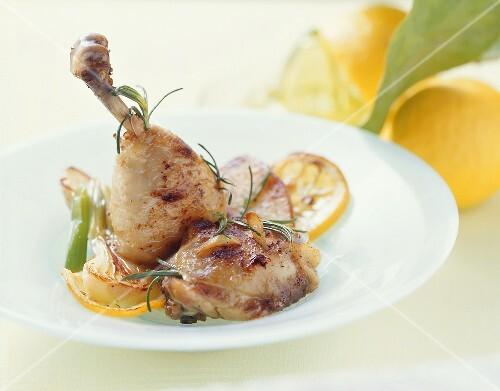 Hähnchenschenkel mit Knoblauch und Rosmarin in Zitronenbutter
